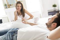 Jeunes couples affectueux dans le lit Photographie stock