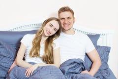 Jeunes couples affectueux dans le lit Couples heureux de sourire dans la chambre à coucher pendant le matin photos libres de droits