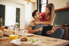 Jeunes couples affectueux dans le matin Image stock