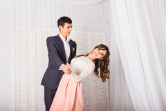 Jeunes couples affectueux dansant ensemble à la maison pour célébrer une occasion spéciale Photo libre de droits
