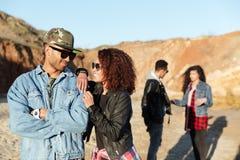 Jeunes couples affectueux de sourire marchant à la plage avec des amis Photographie stock