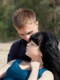 Jeunes couples affectueux dehors Images stock