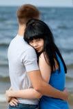 Jeunes couples affectueux en mer image stock