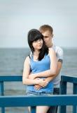 Jeunes couples affectueux en mer Images stock