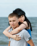 Jeunes couples affectueux en mer photographie stock libre de droits