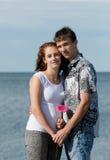 Jeunes couples affectueux en mer photographie stock