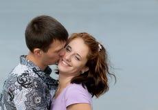 Jeunes couples affectueux en mer Photos stock