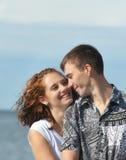 Jeunes couples affectueux en mer images libres de droits