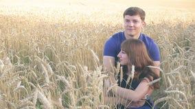 Jeunes couples affectueux en nature en été sur un fond des feuilles banque de vidéos