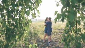 Jeunes couples affectueux en nature en été sur un fond des feuilles clips vidéos