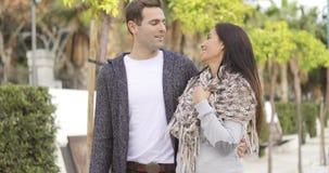 Jeunes couples affectueux heureux satisfaits banque de vidéos