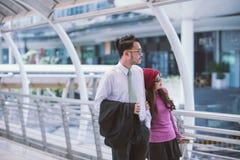 Jeunes couples affectueux inspirés de déplacement dans l'aéroport Photographie stock libre de droits