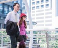 Jeunes couples affectueux inspirés de déplacement dans l'aéroport Photos stock