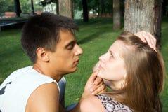 Jeunes couples affectueux jouant à l'extérieur photographie stock libre de droits