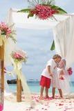 Jeunes couples affectueux le jour du mariage Image stock