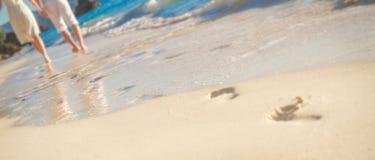 Jeunes couples affectueux le jour du mariage sur la plage tropicale Photographie stock