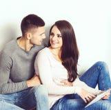 Jeunes couples affectueux Maison, concept de la famille Relations d'homme et de femme Photo stock