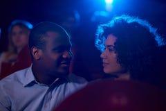 Jeunes couples affectueux partageant le moment romantique au cinéma Photos libres de droits