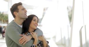 Jeunes couples affectueux partageant un moment tranquille Photos stock