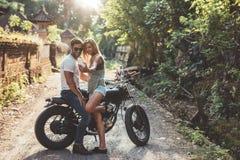 Jeunes couples affectueux prenant un selfie avec la moto Photographie stock