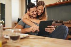 Jeunes couples affectueux rattrapant sur le sourire social de media Photographie stock libre de droits
