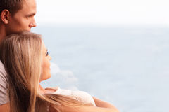 Jeunes couples affectueux regardant un beau seaview Photos stock