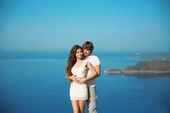 Jeunes couples affectueux romantiques dans l'amour des vacances au-dessus de mer Images libres de droits