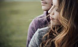 Jeunes couples affectueux se reposant sur l'herbe Images libres de droits