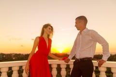 Jeunes couples affectueux se tenant à côté du belvédère en pierre avec le s Image stock