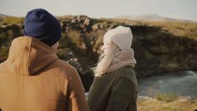 Jeunes couples affectueux se tenant dans la belle vallée dans le jour ensoleillé et étreignant, appréciant la vue et la date roma banque de vidéos