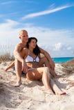 Jeunes couples affectueux sur la plage Image libre de droits
