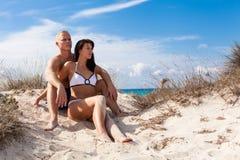 Jeunes couples affectueux sur la plage Photos stock