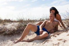 Jeunes couples affectueux sur la plage Photo libre de droits
