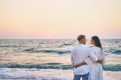 Jeunes couples affectueux sur la plage de mer Photo stock