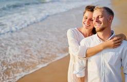 Jeunes couples affectueux sur la plage de mer Images libres de droits