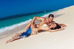 Jeunes couples affectueux sur la plage tropicale Photos stock