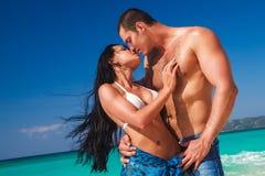 Jeunes couples affectueux sur la plage tropicale Image libre de droits