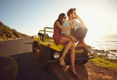 Jeunes couples affectueux sur le voyage par la route Image libre de droits