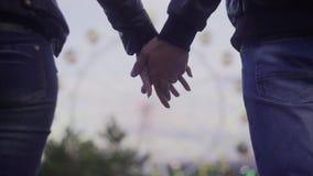 Jeunes couples affectueux tenant des mains, étreindre et embrasser banque de vidéos