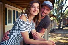 Jeunes couples affectueux tenant des mains et posant à la terrasse Photographie stock libre de droits