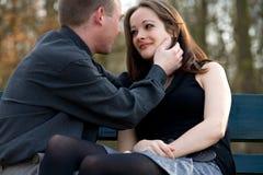 Jeunes couples affichant l'amour Image libre de droits