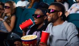 Jeunes couples africains au cinéma Photo stock