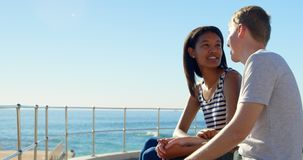Jeunes couples agissant l'un sur l'autre les uns avec les autres près des balustrades 4k banque de vidéos