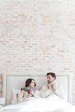 Jeunes couples agréables regardant l'un l'autre Images libres de droits