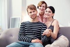 Jeunes couples agréables se sentant heureux photographie stock