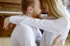 Jeunes couples aimants embrassant dans la chambre photographie stock libre de droits