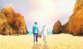 Jeunes couples allant au bord de la mer Photos stock