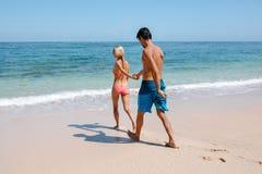 Jeunes couples allant pour le bain en mer Photos stock