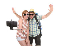 Jeunes couples américains attrayants et chics prenant la photo de selfie avec le téléphone portable d'isolement sur le blanc Photographie stock