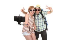Jeunes couples américains attrayants et chics prenant la photo de selfie avec le téléphone portable d'isolement sur le blanc Image libre de droits